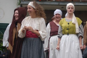 """The theatre group """"Sorgin Haizeak"""" performed in the village square"""
