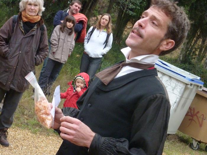 Antoine Gaillot distribue des kits pour chier dans les bois