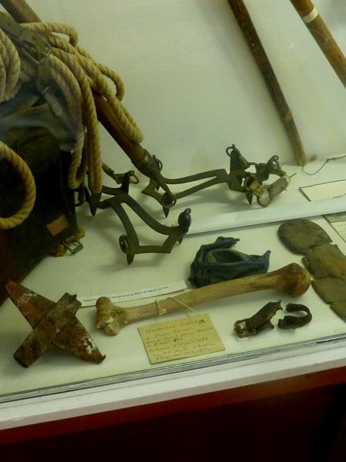 La jambe de Barrau et un crampon (gauche) entourés de matériel de montagne du 19ème