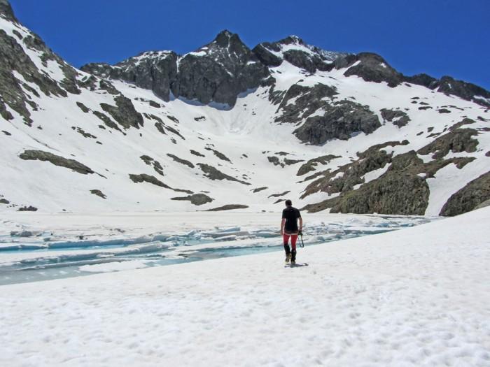 Ibón de Tebarray (2680m), encore gelé au 25 juin