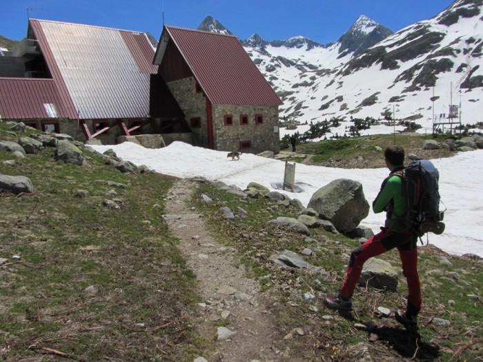Arkaitz devant  le refuge de Respomuso. Le Col de Tebarray est le col le plus bas au fond.