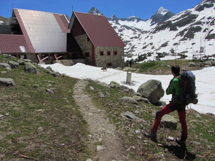 Arkaitz and the refugio de Respomuso. The Col de Tebarray is the lowest pass.