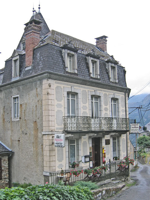 The miniature-château hotel in Melles: the Auberge du Crabère
