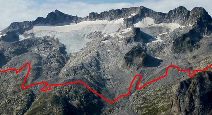 Agrandissement. La ligne rouge montre la limite du glacier visible dans une photo de 1857