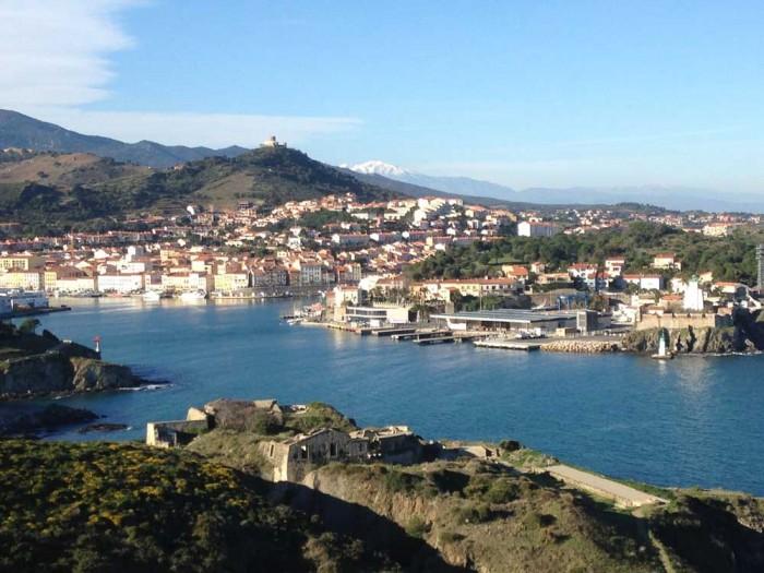 Port Vendres avec le Canigó enneigé en arrière-plan