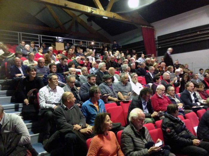 Une partie de l'assistance au réunion de concertation sur le Parlement de la Montagne à Quillan (Aude)