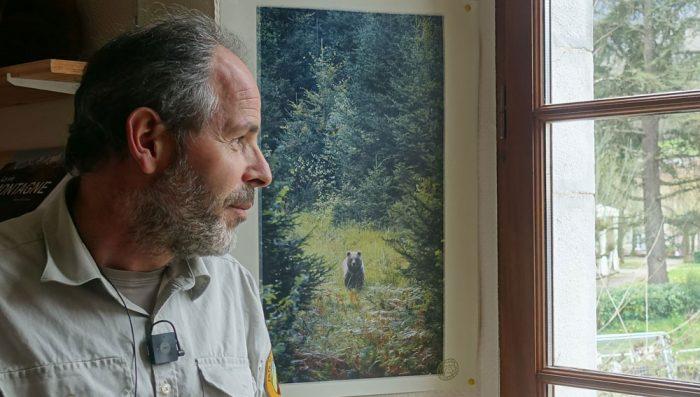 Alain Reynes avec la photo d'un ours qu'il a prise en Slovénie