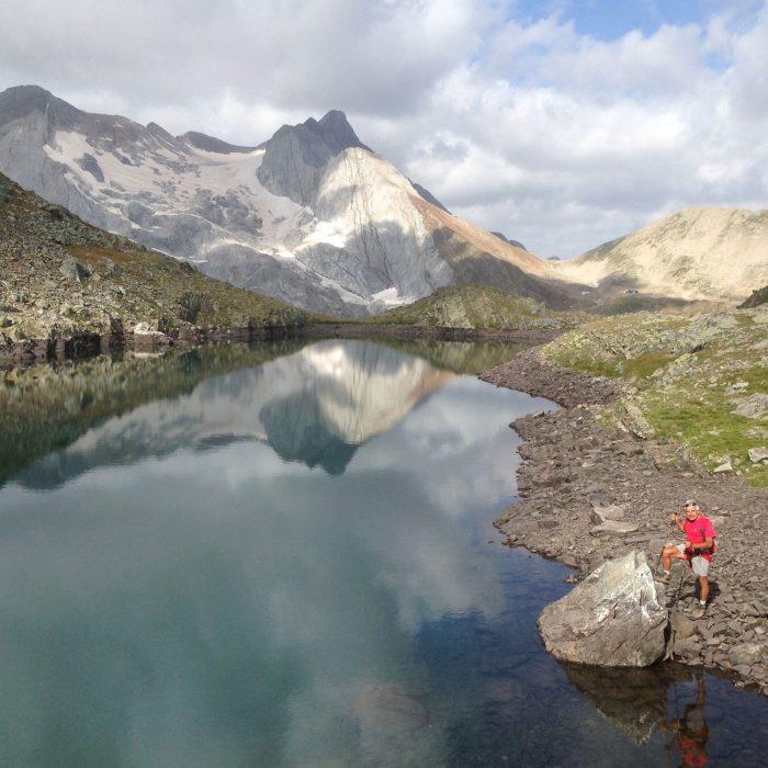 Vignemale et le glacier d'Ossoue vus depuis le lac des Gentianes.